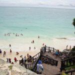 Playas de aguas cristalinas en Tulum con visitantes
